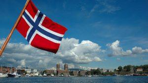 Veduta di Oslo con bandiera della Norvegia