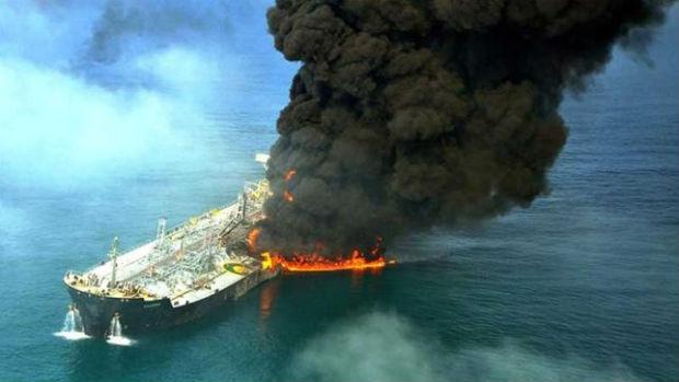 Scontro petroliera-nave cargo in Cina, si rischia disastro ambientale